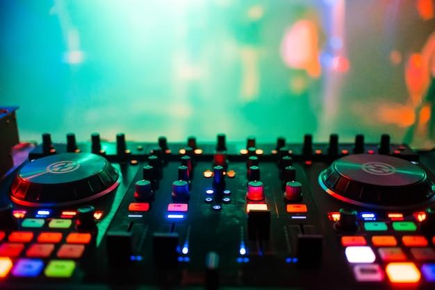 Mixer op afstand de dj in nachtclub op feest voor professionele muziekcontrole Premium Foto