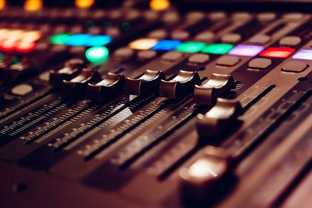Mixing video console is ontworpen voor dj's werk. Premium Foto