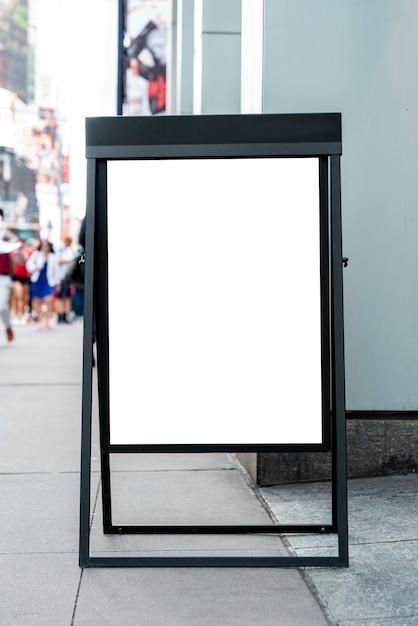 Mobiel modelbord op de stoep Gratis Foto
