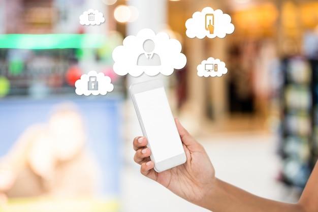Mobiele telefoon en wolken met applicatie-iconen Gratis Foto