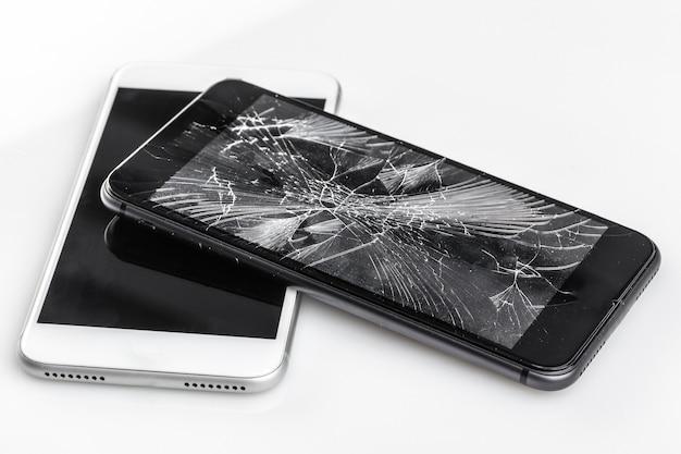 Mobiele telefoon met gebroken scherm Premium Foto
