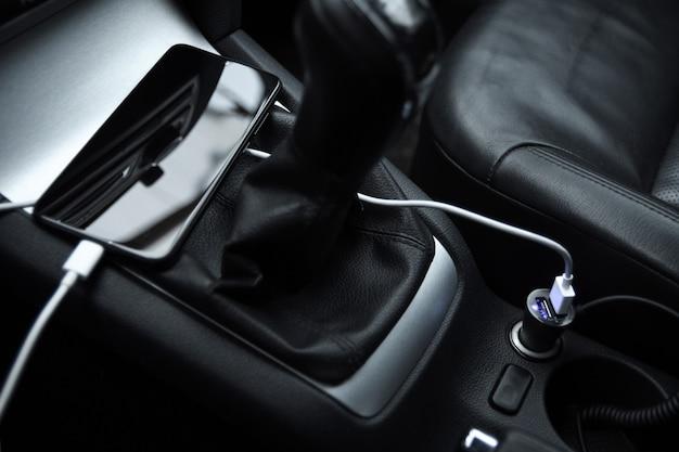 Mobiele telefoon, smartphone laadbatterij, opladen in de autostekker van dichtbij Premium Foto