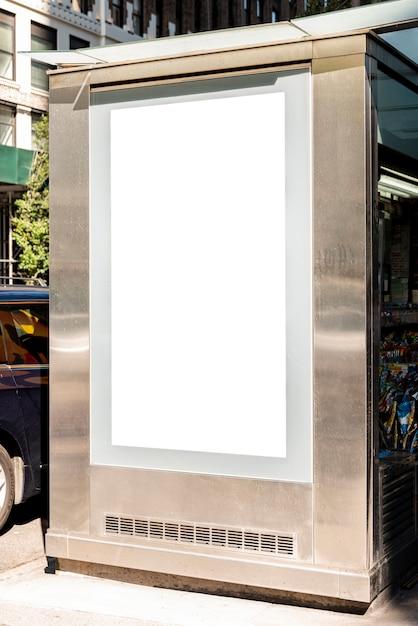 Mock-up billboard in bushalte Gratis Foto