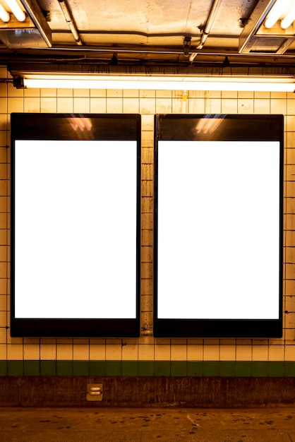 Mock-up billboards in een metrostation Gratis Foto