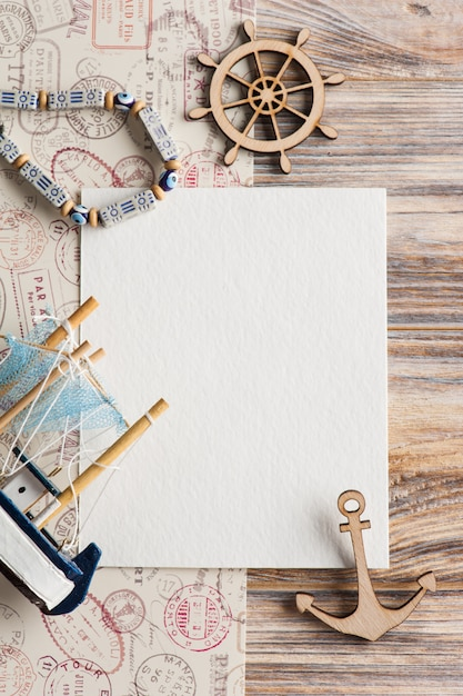Mock-up, lege papieren notitie, boot en stempels Premium Foto