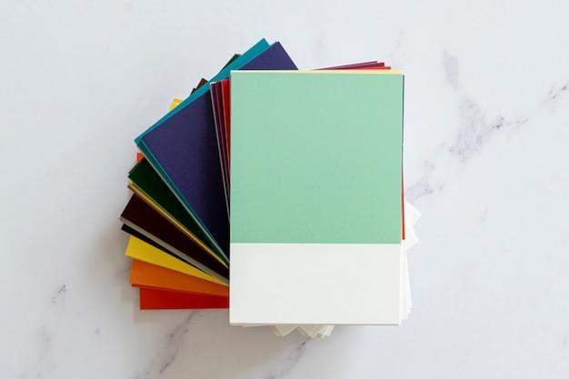 Mock-up met kleurstalen in platliggend model Gratis Foto