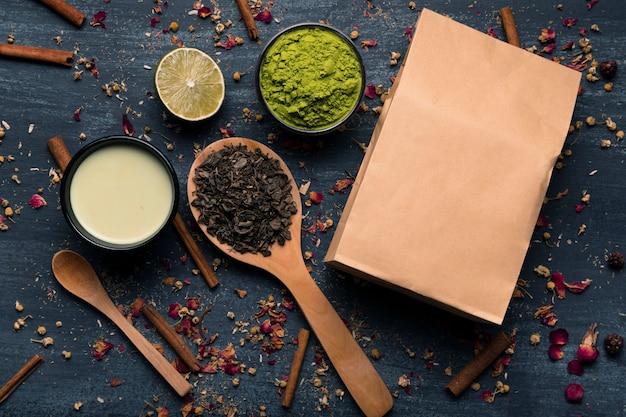 Mock-up papieren zak naast aziatische thee matcha ingrediënten Gratis Foto