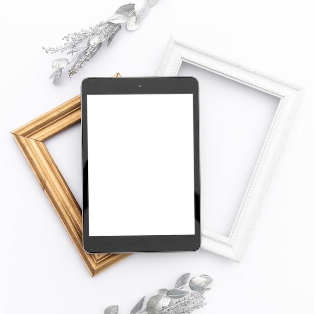 Mock-up tablet bovenop frames Gratis Foto