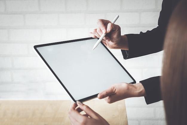 Mock up van een zakenvrouw bedrijf digitale tablet-apparaat in handen. Premium Foto