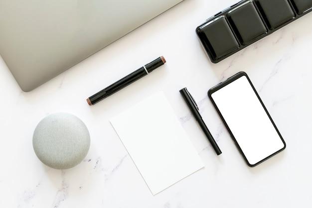 Mock-up van papier en telefoon in plat liggende uitvoering Gratis Foto