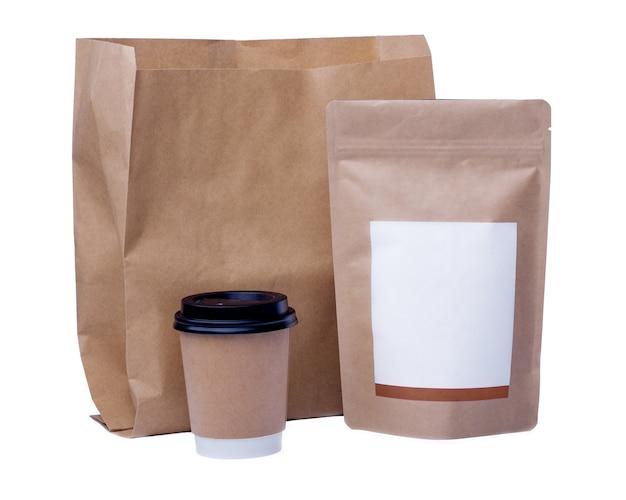 Mock up van recycling papier beker, papieren zak, koffiebonenzak op witte achtergrond Premium Foto