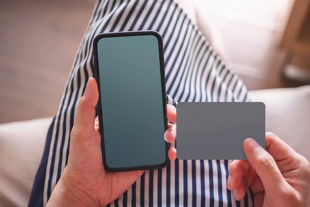 Mockup-afbeeldingen voor smartphones en kaarten. jonge vrouw met een mobiele telefoon Premium Foto