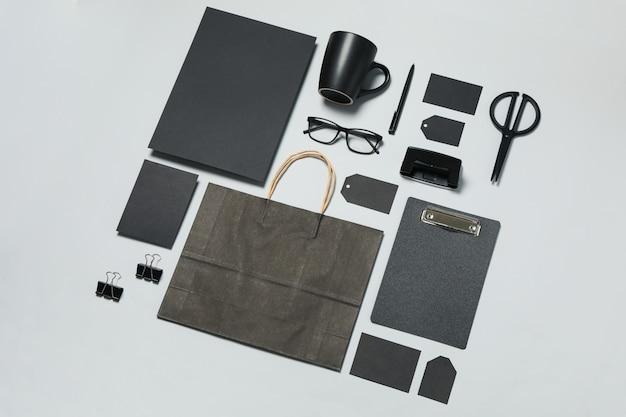 Mockup bedrijfsmerksjabloon op lichtgrijze achtergrond, ruimte voor tekst Premium Foto