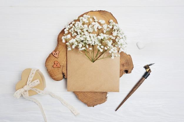 Mockup brief met bloemen en kalligrafische pen wenskaart Premium Foto