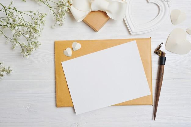 Mockup brief met een kalligrafische pen-wenskaart voor valentijnsdag Premium Foto