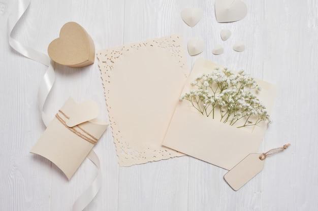 Mockup brief met een pensil en geschenkdoos voor wenskaart st. valentijnsdag in rustieke stijl Premium Foto