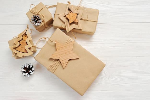 Mockup christmas-boxengift met markering en plaats voor uw tekst op een witte houten achtergrond. Premium Foto