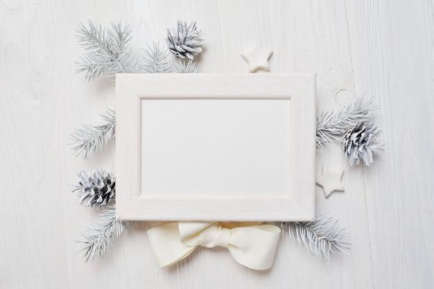 Mockup christmas wenskaart bovenaanzicht en wit frame Premium Foto