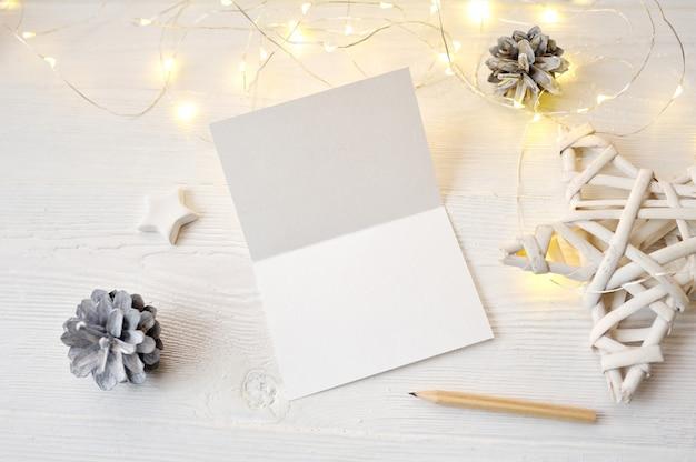 Mockup christmas wenskaart bovenaanzicht, flatlay op een witte houten Premium Foto