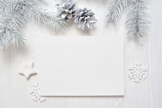 Mockup christmas wenskaart met witte boom en kegel, flatlay Premium Foto