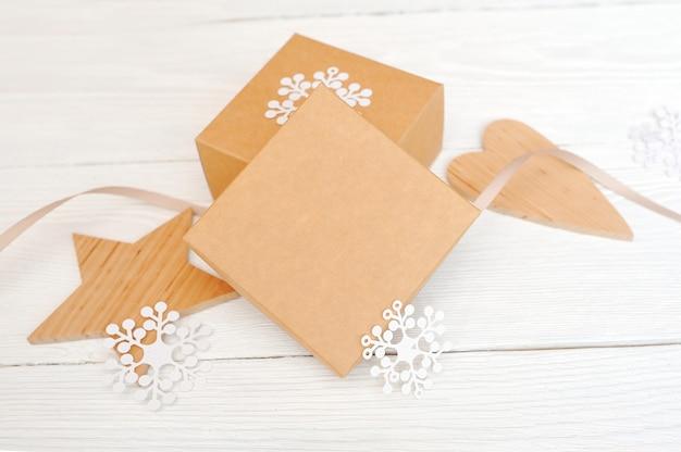 Mockup kerst geschenkdozen met houten ster en hart, met ruimte voor uw tekst Premium Foto