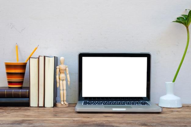 Mockup-laptop met decoratieve website-ontwerper-briefpapier. Premium Foto