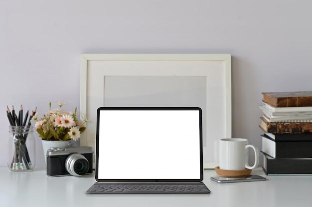 Mockup leeg scherm moderne tablet op hipster werkruimte Premium Foto