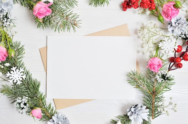 Mockup of christmas wreath in vorm van hart met vel papier Premium Foto
