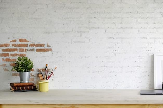 Mockup poster leeg frame, kantoorbenodigdheden en kopie ruimte op de werkruimte tafel Premium Foto