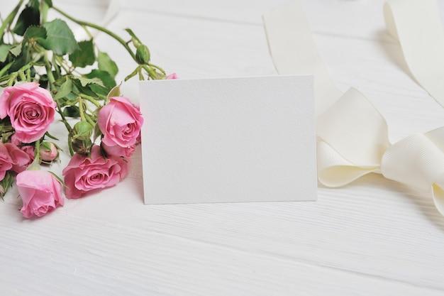 Mockup witte origami harten gemaakt van papier met roze rozen. valentijn dating kaart Premium Foto