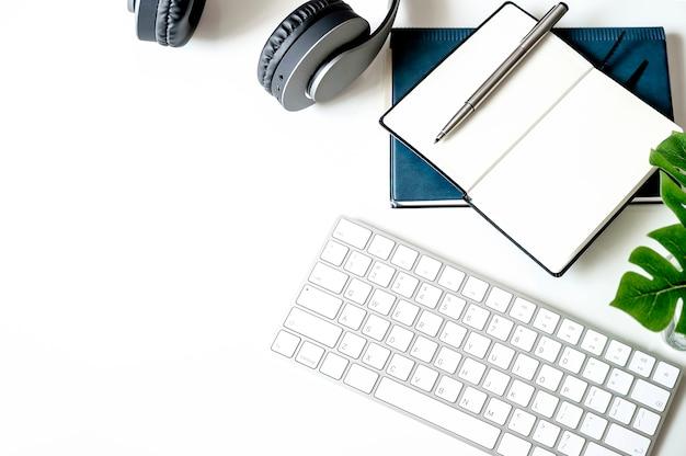 Mockup witte toetsenbord en benodigdheden op tafel. Premium Foto