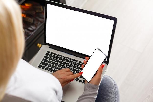 Mockupbeeld van bedrijfsvrouw die en op laptop gebruiken typen Premium Foto