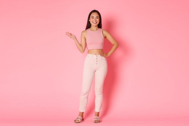 Mode, beauty en lifestyle concept. portret van gemiddelde lengte van aantrekkelijk lang aziatisch meisje Gratis Foto