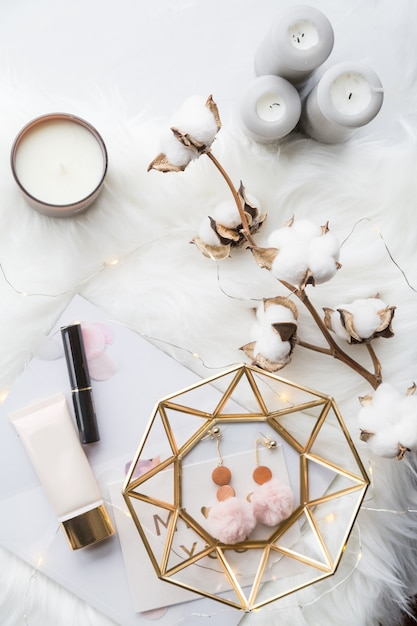 Mode-collectie met accessoires, bloemen, cosmetica en sieraden op wit Premium Foto