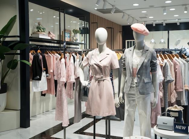 Mode dameskleding in winkelcentrum ramen Premium Foto