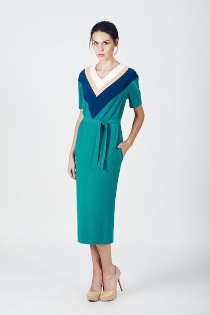 Mode foto van jonge prachtige vrouw in een groene jurk Gratis Foto