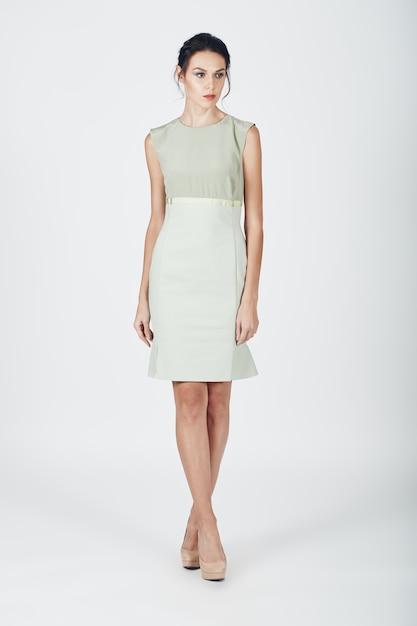 Mode foto van jonge prachtige vrouw in een lichte jurk Gratis Foto