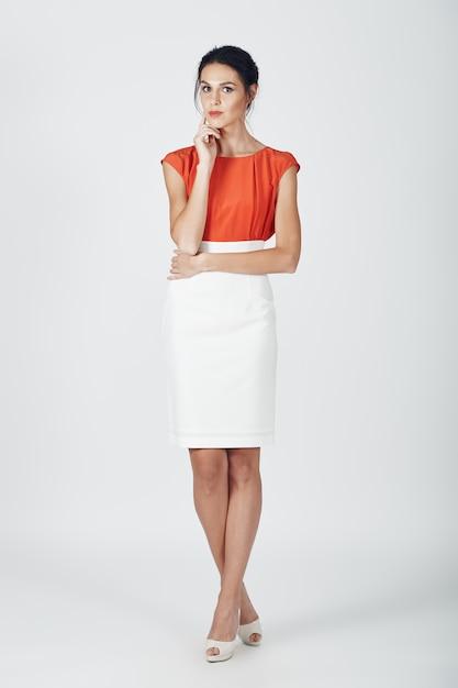 Mode foto van jonge prachtige vrouw in een wit Gratis Foto