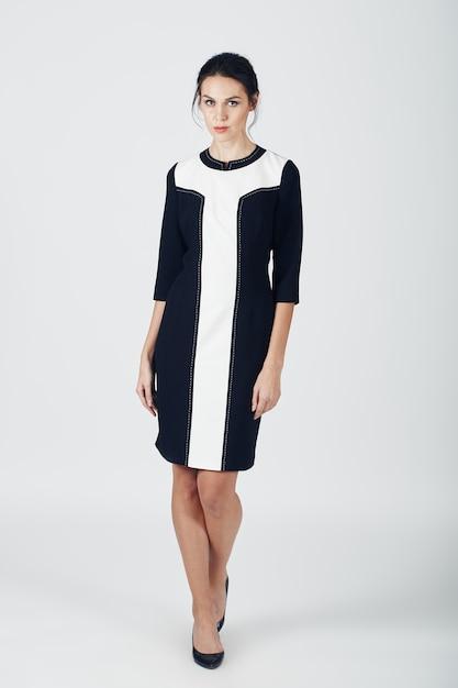 Mode foto van jonge prachtige vrouw in een zwarte jurk. meisje Gratis Foto