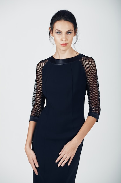 Mode foto van jonge prachtige vrouw in een zwarte jurk Gratis Foto