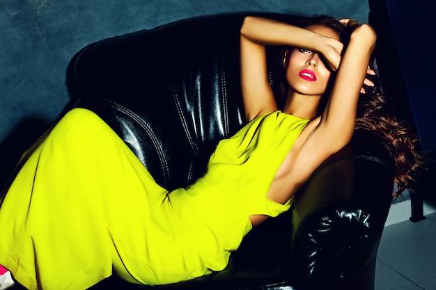Mode glamour stijlvolle mooie jonge vrouw model met rode lippen in zomer fel gele jurk Gratis Foto