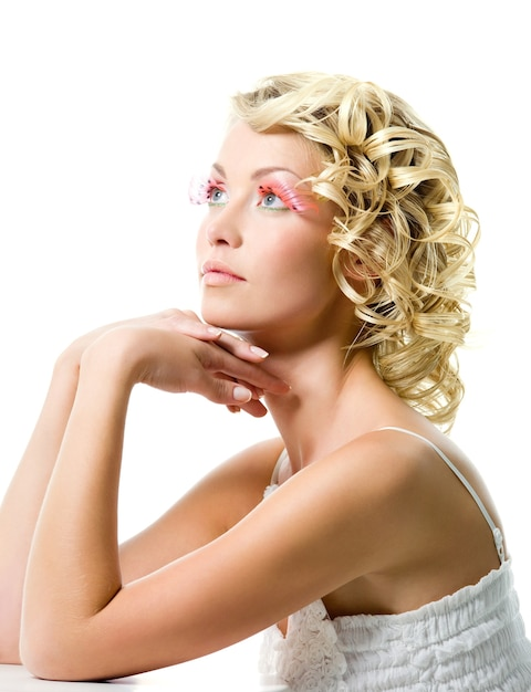 Mode jonge mooie vrouw met glamour make-up. profiel portret Gratis Foto