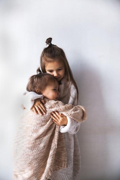 Mode kinderen poseren. het concept van kindermode, winter, vriendschap. Premium Foto