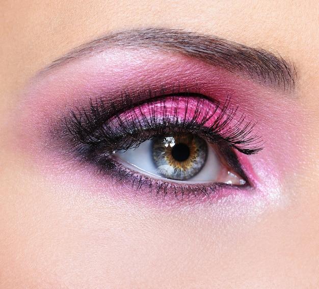 Mode make-up van vrouw oog met karmozijnrode oogschaduw Gratis Foto