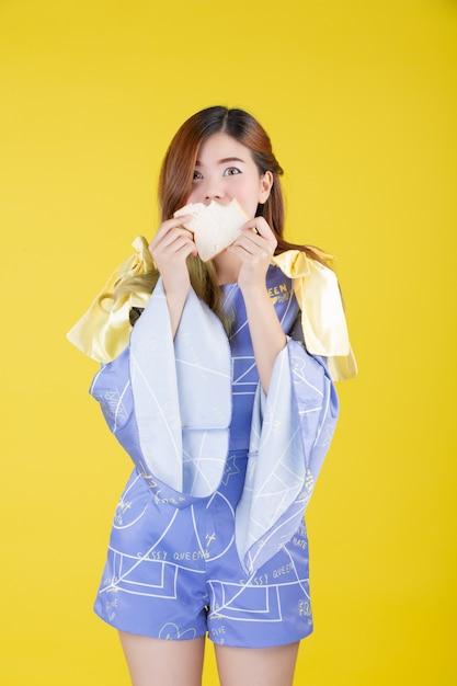 Mode meisje aankleden met een handgebaar Gratis Foto