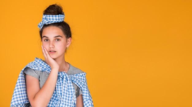 Mode meisje poseren met kopie ruimte Gratis Foto