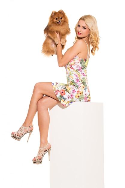Mode. mooie blonde met hond Gratis Foto