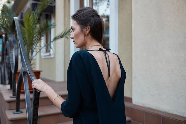 Mode mooie vrouw lopen door de straten van de oude stad Gratis Foto
