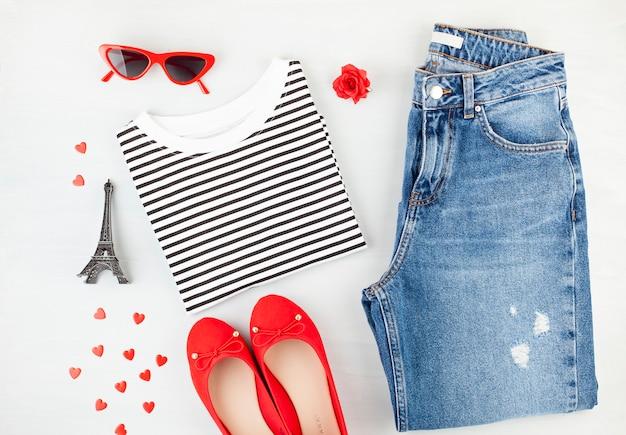 Mode plat lag met urban urban outfit in franse stijl met t-shirt, ballerina's, zonnebril en spijkerbroek. Premium Foto