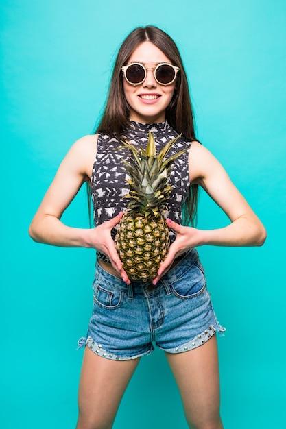 Mode portret cool meisje in zonnebril en ananas Gratis Foto